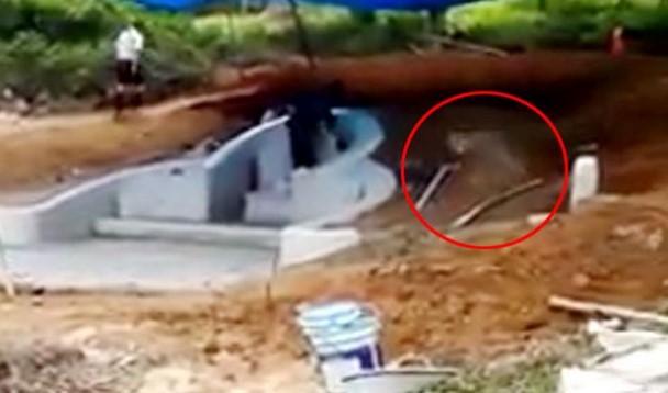 Seram, Ada 'Hantu' Terekam Masuk Ke Dalam Kuburan