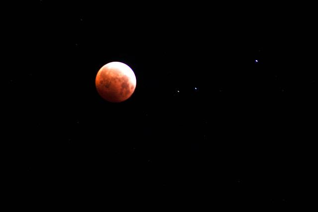 Total lunar eclipse, 4:19 am, DSLR, 300mm, 4 second exposure (Source: Palmia Observatory)