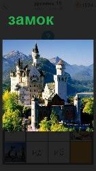 Под солнечными лучами на холме стоит старинный замок с башенками и шпилями на верху