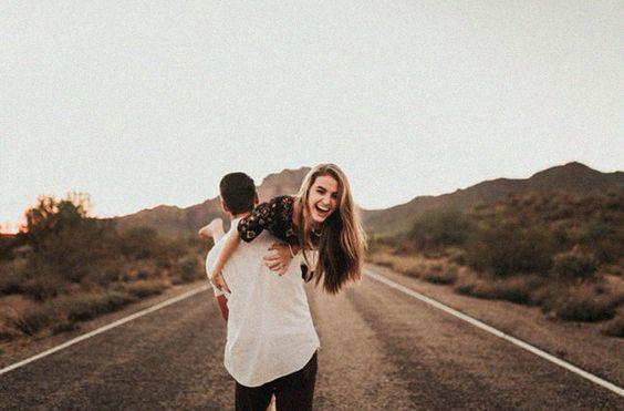 Fotos tumblr estam cada vez mais viralizando na internet e muitas ideias novas estão surgindo. Além da iluminação e angulo, a pose na foto é bem importante e quando se trata de fotos em casal, é incrível as possibilidades de fotos criativas que podemos fazer. Por isso separamos 10 ideias para você se inspirar e arrasar com o seu crush ou namorado.