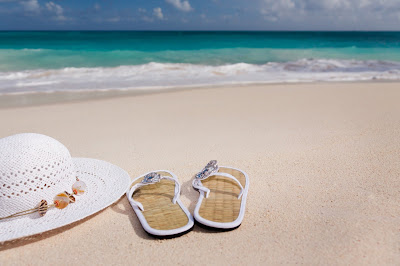 15 Perlengkapan Wisata Pantai Yang Wajib Kamu Bawa - Gunakan Sandal