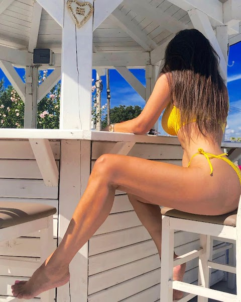 Gjyste Vulaj do ju kall me linjat trupore veshur me bikini