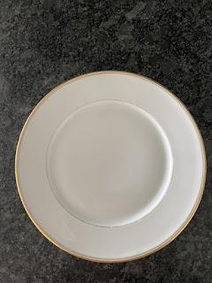 Assiette lavée avec le cake lave-vaisselle à la lavande