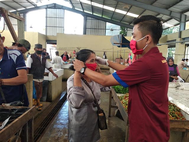 Bertepatan Hari Kartini IWO Tulang Bawang Bagi-Bagi Ratusan Masker Kepada Masyarakat