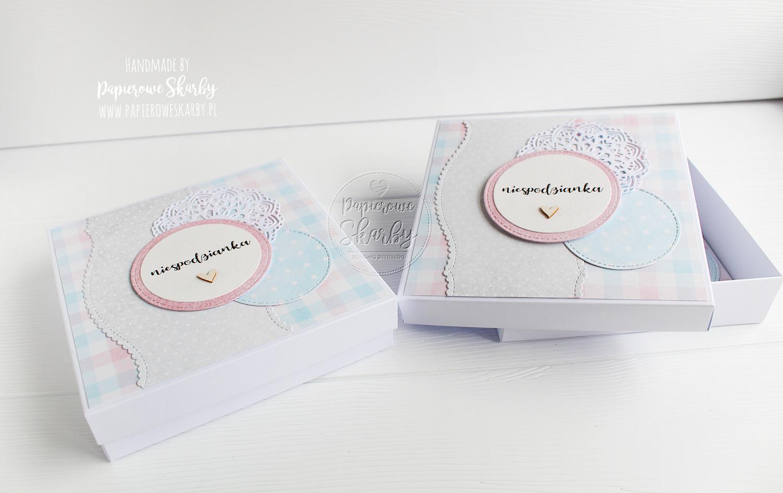 scrapbooking handmade rękodzieło cardmaking kartka kartki w pudełkach pudełko zawiadomienie komplet o ciąży ciąża baby shower bociankowe pępkowe będziecie dziadkami gratulacje kartka gratulacyjna będziemy rodzicami będę mamą papierowe skarby niespodzianka powiadomienie o ciąży