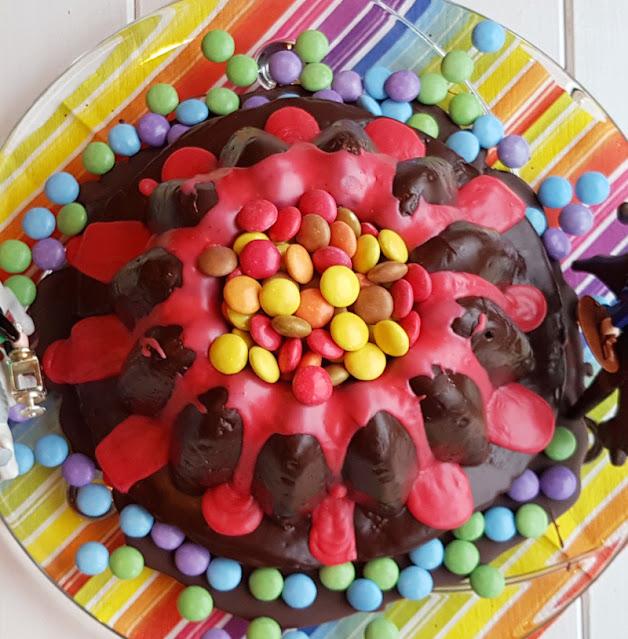 Rezept: Einfacher Vulkankuchen für den Kindergeburtstag. Mit all den Schokolinsen bzw. Smarties und der fließenden Lava ist der Kuchen ein Traum für jedes Kind!