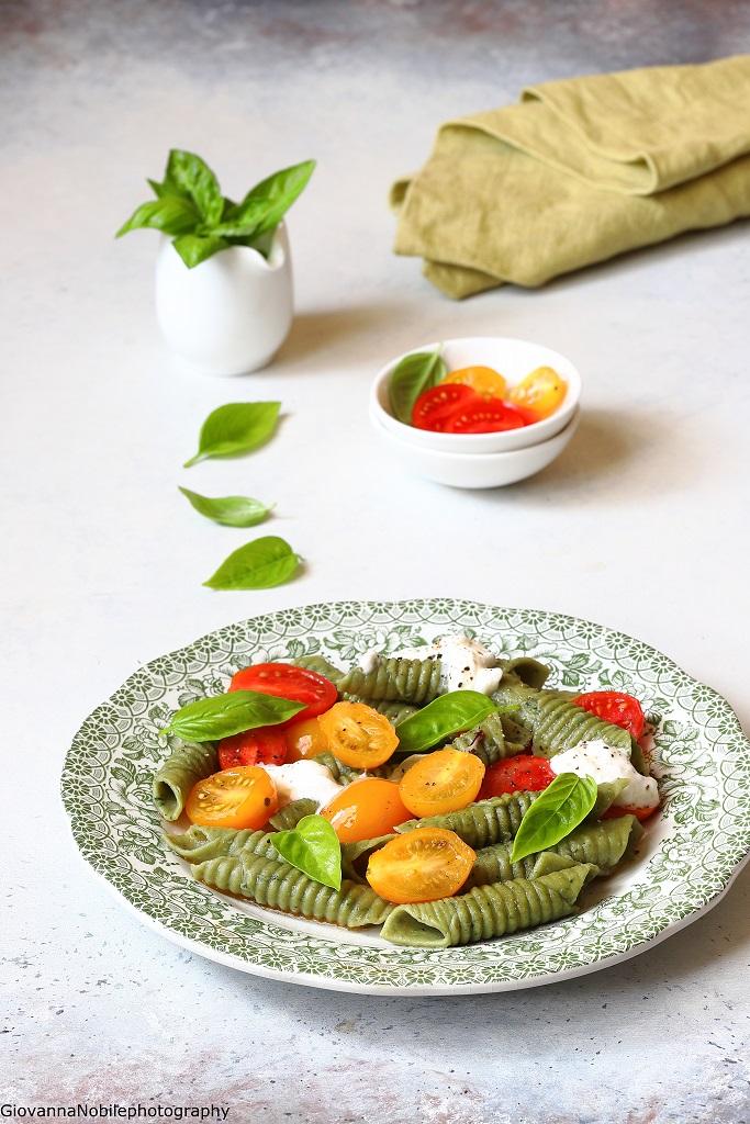 Garganelli al basilico con pomodori e stracciatella