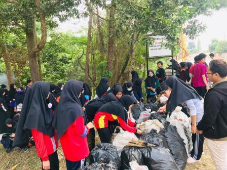 Memperingati World Cleanup Day Tadris Matematika IAIN Metro membersihkan bantaran sungai