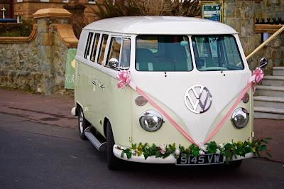 Furgoneta decorada para boda en el aparcamiento de un restaurante