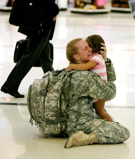 Capitã Terri Gurrola se reencontra com sua filha depois de servir no Iraque por 7 meses