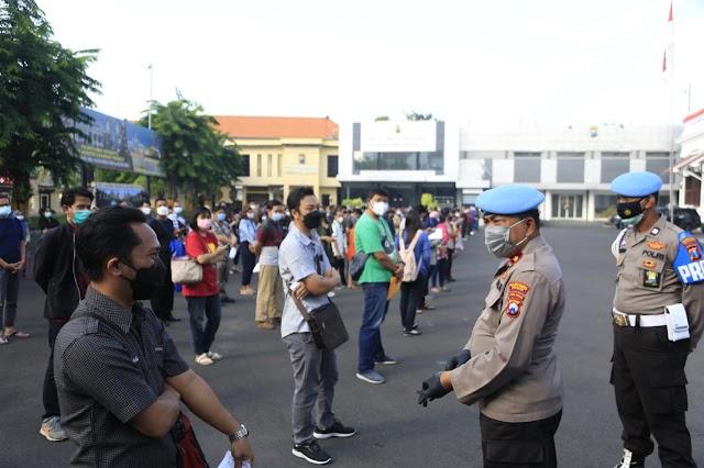 Walau Animo Masyarakat Membludak Untuk Vaksin, Gerai Vaksin Presisi Polrestabes Surabaya Tetap Jaga Prokes Secara Ketat