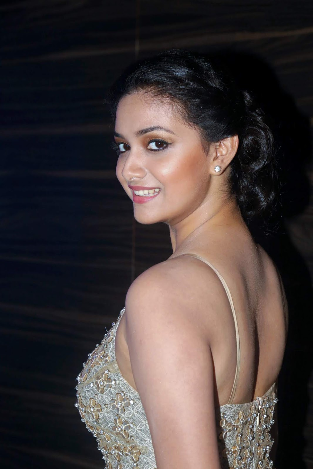 Keerthy Suresh Hot Sizzling Photos In Back Side Open Gown -9690