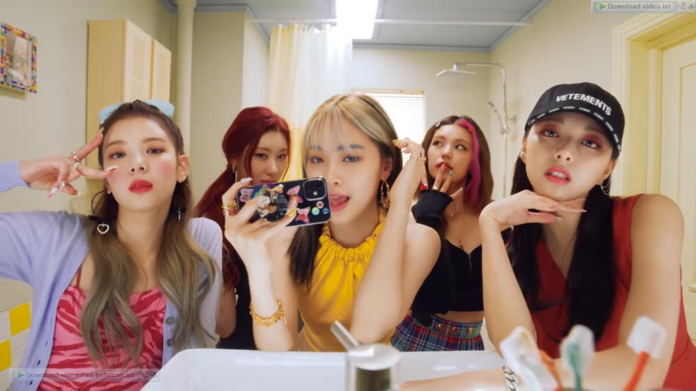 ITZY Releases 'SWIPE' MV With Social Media Theme