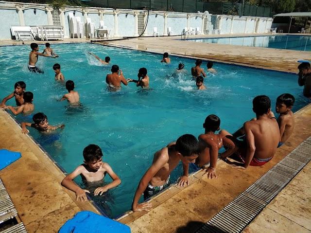 Bozovalı gençler yüzmeyi öğreniyor