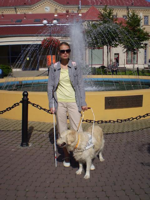 Linda a Cilka stojí před fontnou
