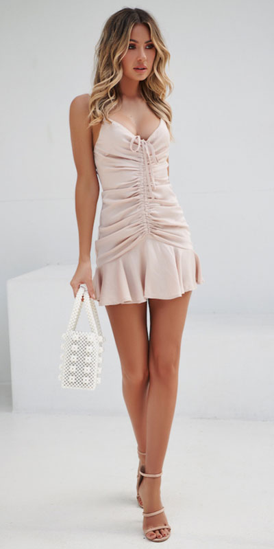 No matter what kind of date night you have planned for Valentine's Day. Here are 29 Romantic Valentines Day Outfits to Wow Your Date. Women's style + Fashion via higiggle.com | pink mini dress | #valentine #fashion #romance #dress