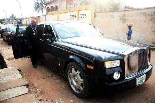 Picture of Nigerian Pastor in N97m Rolls Royce and groundnut hawker causes outrage on social media