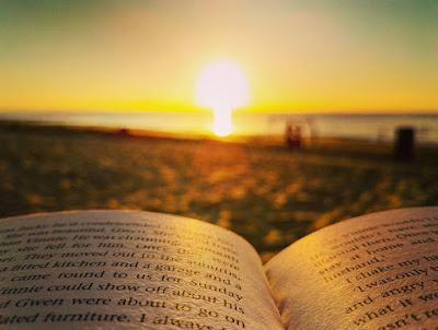 strand-lesen-sonnenuntergang-buch