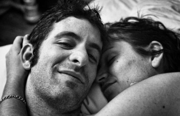 foto romantis sepasang suami istri yang istrinya mengidap kanker