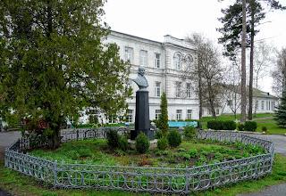 Великие Сорочинцы. Санаторная школа-интернат. Памятник Н. В. Гоголю