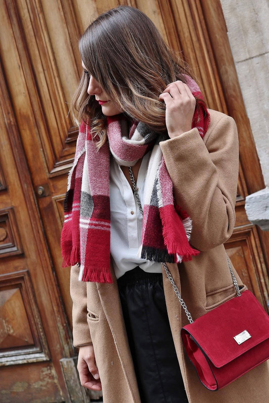 pauline dress blog mode déco lifestyle besancon tenue octobre 2017 cuissardes jupe similicuir blouse blanche manteau camel sac rouge grosse echarpe zoom
