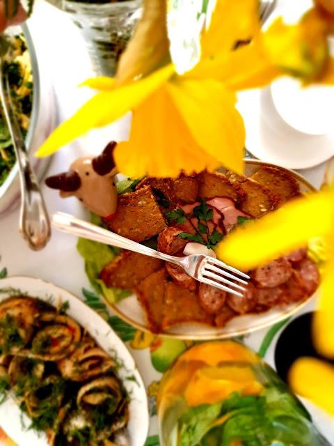 Przełóż masę do foremki lub foremek , dodaj na wierzch pomidorki suszone i piecz w piekarniku około 35-40 minut w 180 stopniach. Gwarantuję, że będzie ciężko nie ukroić sobie jeszcze ciepłego! Na zdrowie!
