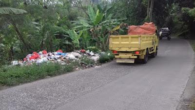 Warga Keluhkan Sampah Berserakan di Jembatan Parung Bedil