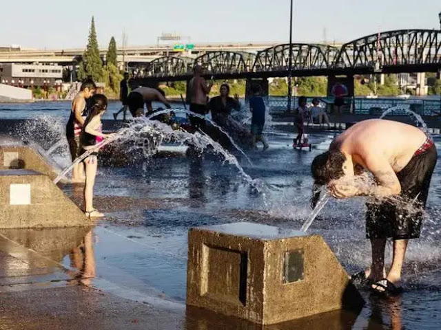 People shower at a riverside fountain during a heat wave in Portland, Oregon. Photo: Bloomberg