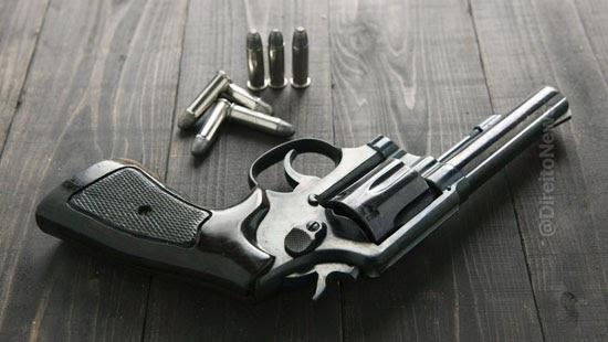 juri absolve tiro condena idosa revolver