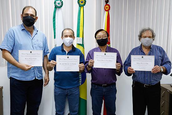 Vereadores Mário Verri, Altamir da Lotérica, Mário Hossokawa e Belino Bravin com seus diplomas