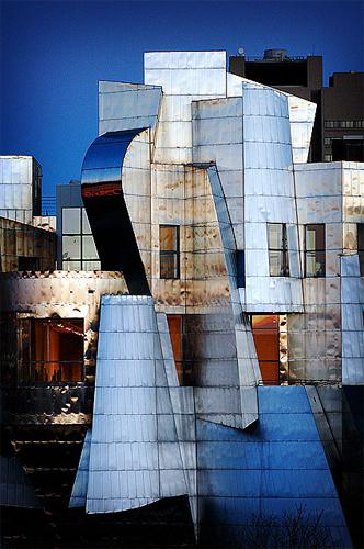 Espectacular detalle de la fachada oeste del Weisman Art Museum al atardecer con las preciosas coloraciones