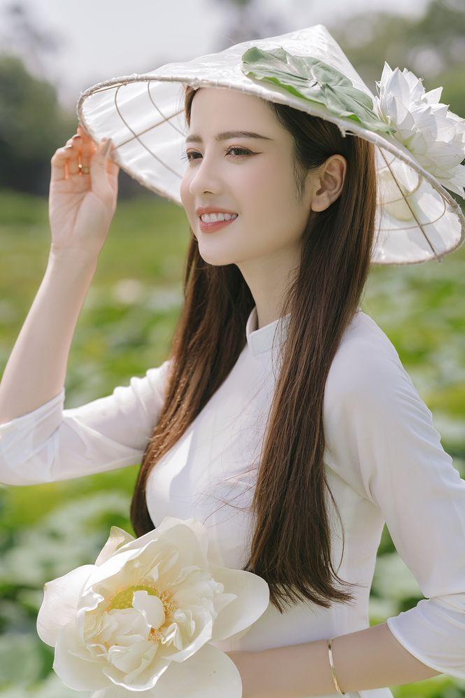 Ngắm bộ ảnh hoa khôi ĐH Ngoại Thương Thúy Đoàn bên đầm sen trắng 6