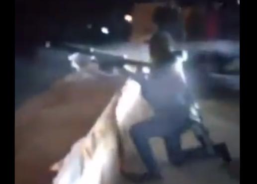 VIDEO.-  Sicarios se burlan de compañero al ser aventado por la fuerza de un rifle, te ayudo le gritan.