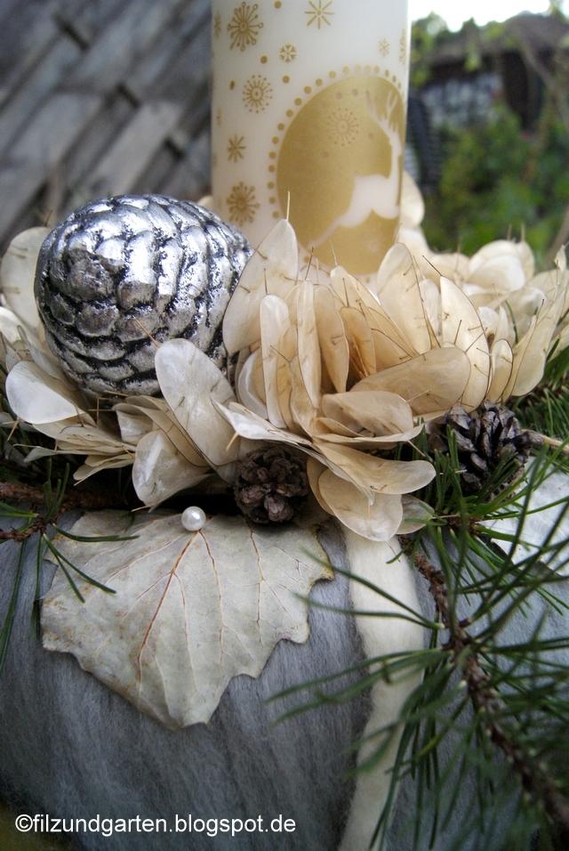 Adventskranz mit Silberblättern und Silberzapfen
