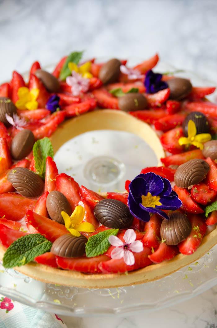 Tarte aux fraises de p ques comme une couronne de fleurs cerise et praline - Decoration tarte aux fraises ...