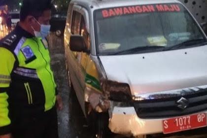 Ambulans Desa Di Jombang Tabrak Motor dan Mobil