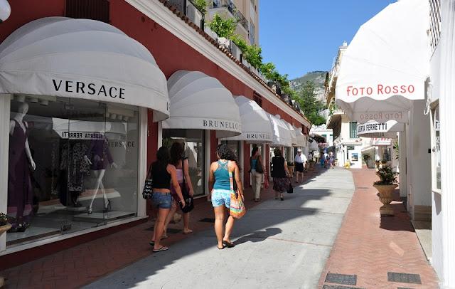 Lojas de marca na Via Camerelle na Ilha de Capri