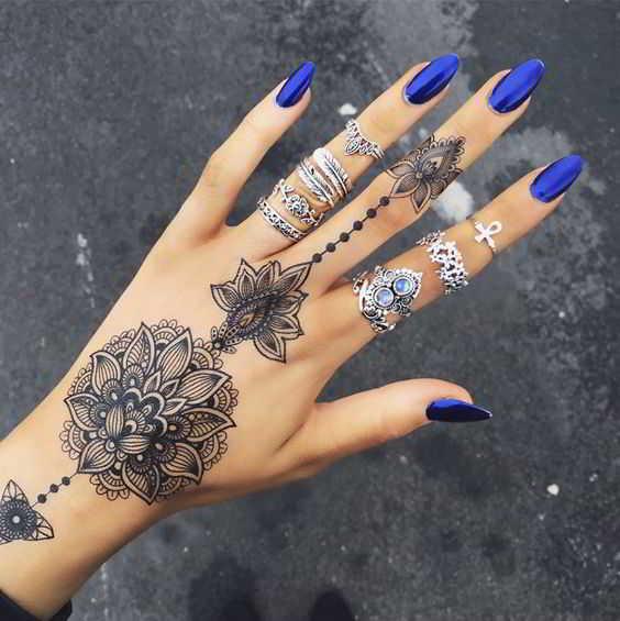 una preciosa flor de mandala en la mano