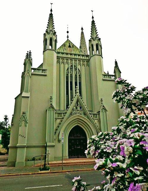 A foto mostra uma linda Igreja do estilo Gótico uma das características da arquitetura sacra Luterana.