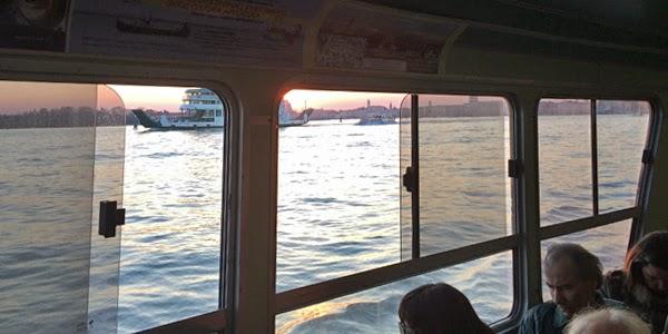 Näkymä vaporetton ikkunasta Venetsiaan auringonlaskun aikaan.