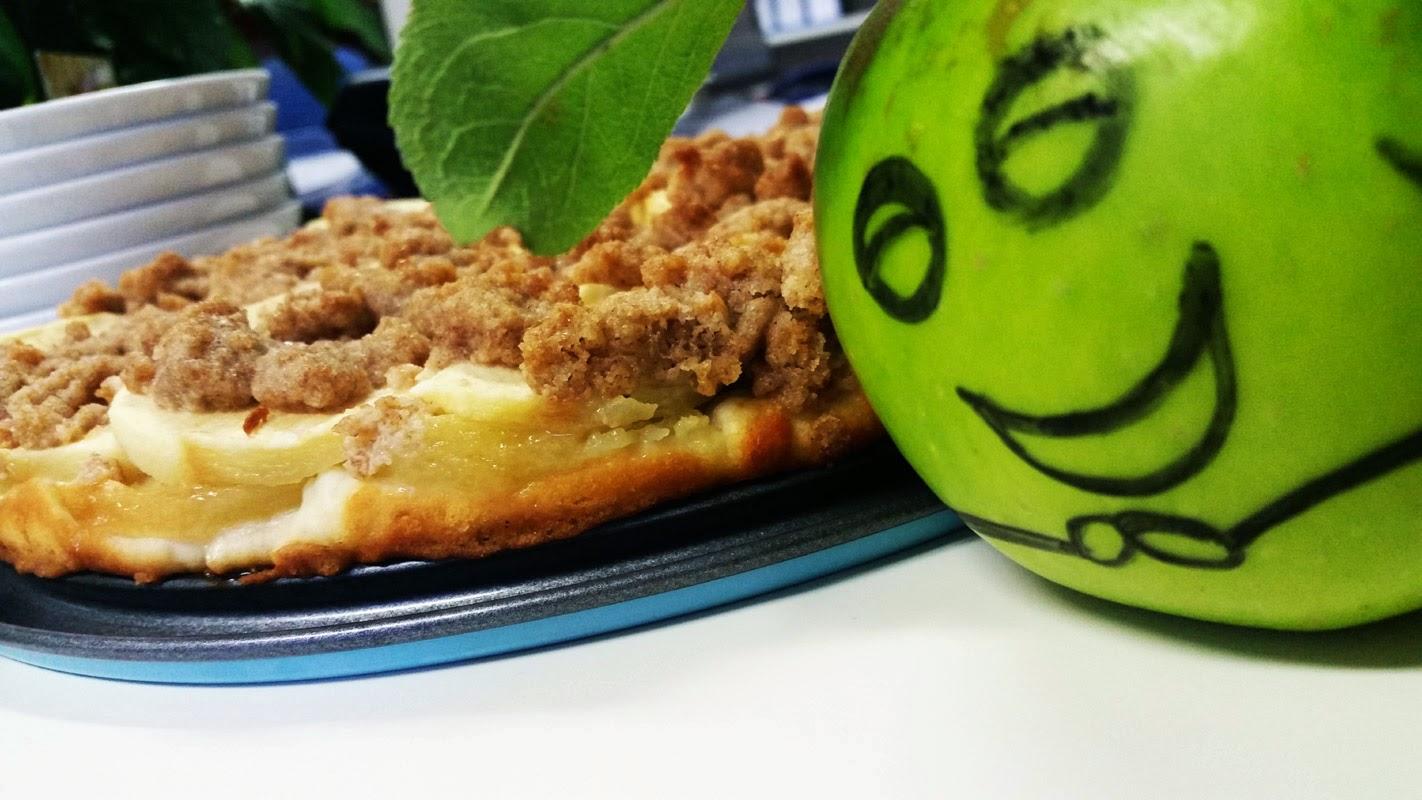 Apfelkuchen und lachender Apfel