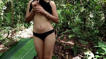 Se van al bosque a tener un rico sexo en el suelo