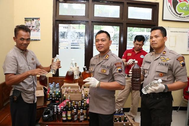 Polres Kebumen Sita Ratusan Botol Miras dan Tangkap Penjudi