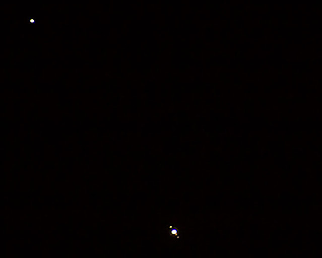 Saturn and Jupiter and moons, 300 mm, DSLR, 1/4 second (Source: Palmia Observatory)