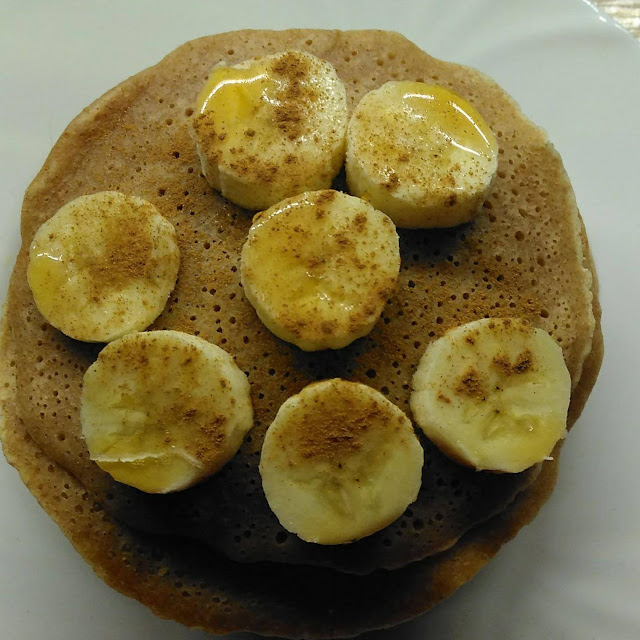 Palačinky s banánem, skořicí a javorovým sirupem