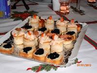 Volovanes varios y tostadita con sucedaneo de caviar.