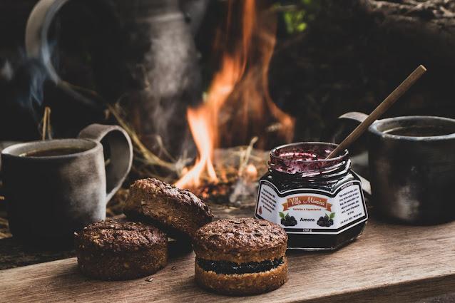 Pão Low Carb com Geleia de Amora perto da fogueira
