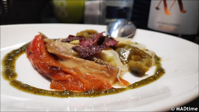 Asadillo de verduras con pesto de pistachos y chips de remolacha
