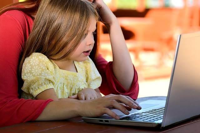 mamá con su hija con internet