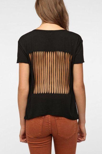 Camisetas customizadas com cortes e tiras simétricas
